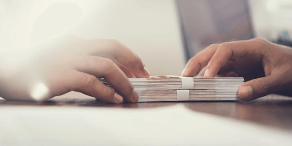 Geldübergabe beim Baukredit - der Beleihungswert ist wichtig