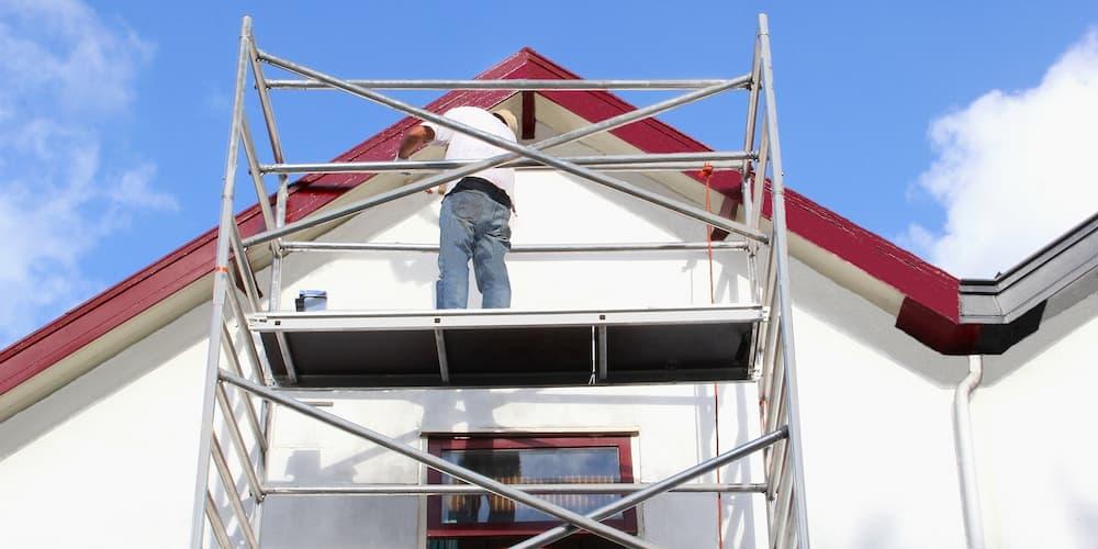 EIn Mann beim Hausbau, wann ist eine Baugenehmigung notwendig?
