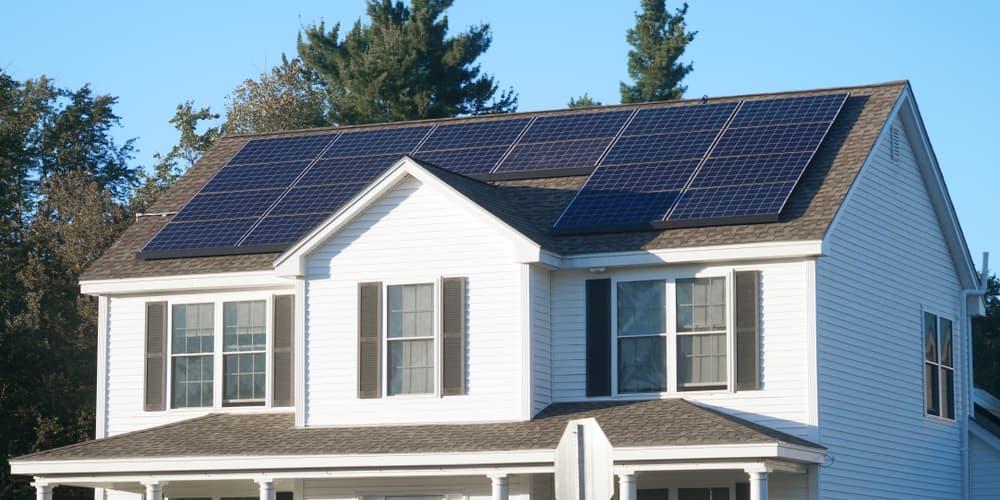 Solarzellen auf dem Dach, es gibt finanzielle Unterstützung durch die BAFA-Förderung