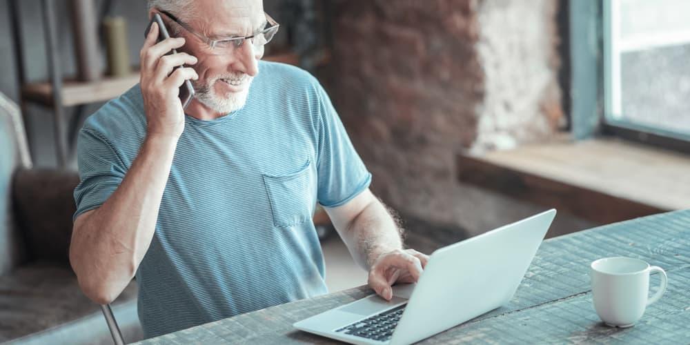 Ein älterer Herr auf der Suche nach einem Kredit, gibt es ein Höchstalter für Kredite und Baufinanzierungen?
