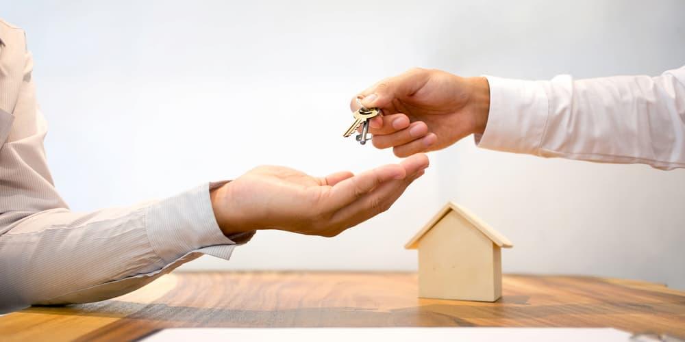 Ein Mann erhält die Schlüssel nach einem Hauskauf ohne Grundbucheintrag