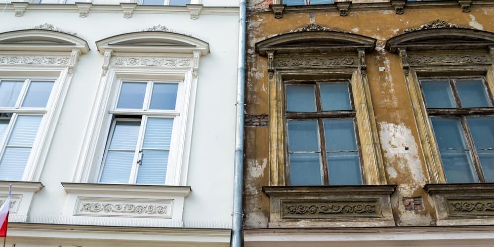 Zwei Fronten eines Gebäudes, welches mithilfe eines Modernisierungskredits erneuert wird