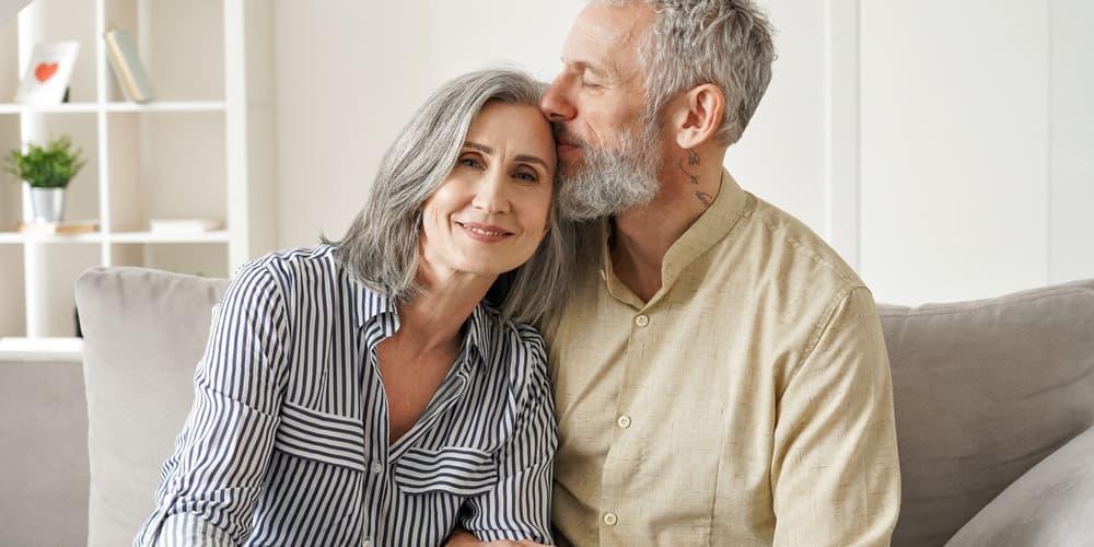Ein glückliches Ehepaar, sie nutzten eine Immobilie als Altersvorsorge