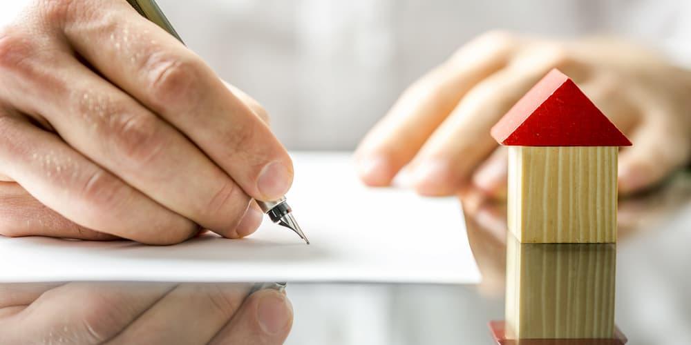 Ein Mann unterzeichnet eine Sondertilgung