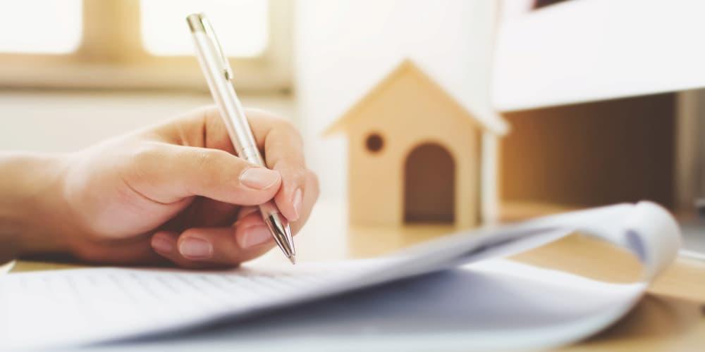 Ein Mensch unterschreibt einen Bausparvertrag