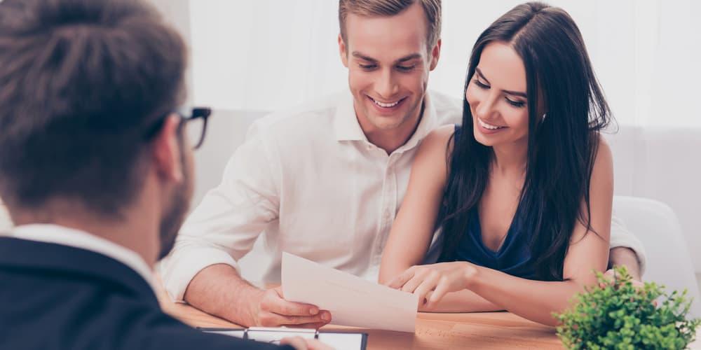 Ein Paar lässt sich beraten, haben sie ein gutes Alter für den Immobilienkauf?