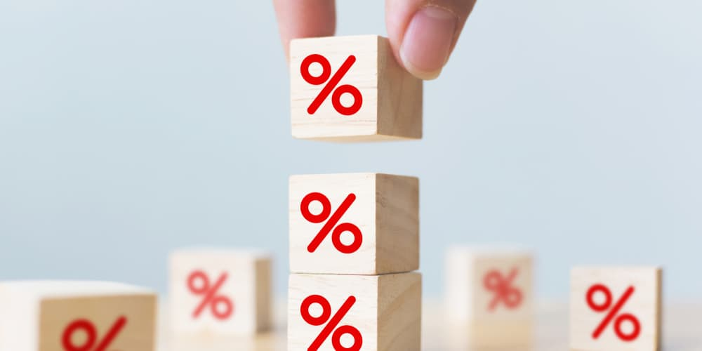 Mehrere Bausteine mit Prozenten, ein Symbolbild für Zinsen