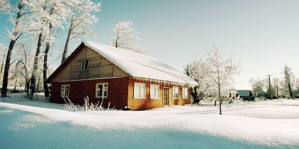 Falls der Mieter auf Schnee ausrutscht, hilft die Haftpflichtversicherung