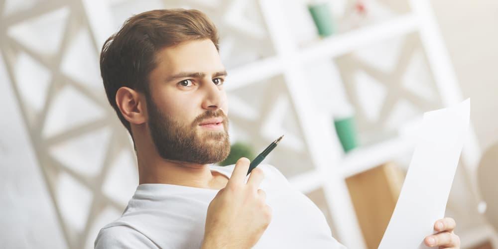 Ein Mann überlegt, was für einen Kreditgeber er wählen sollte
