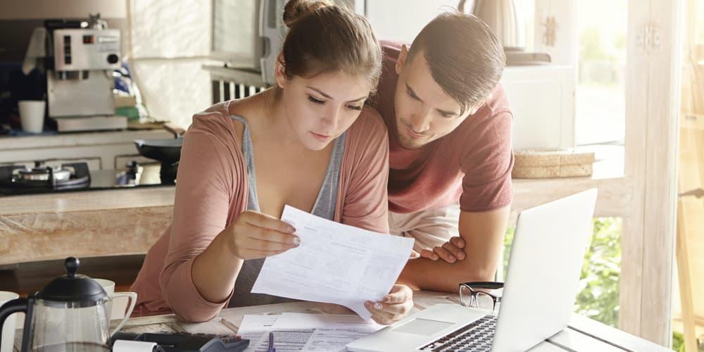 Ein Ehepaar berechnet, ob sich ein Immobilienkredit lohnt