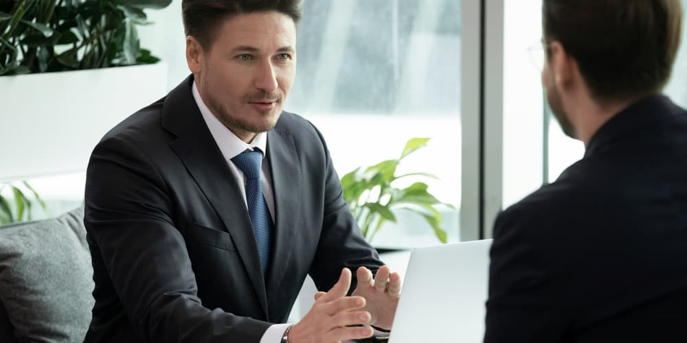 Ein Mann beantragt eine Bankbürgschaft