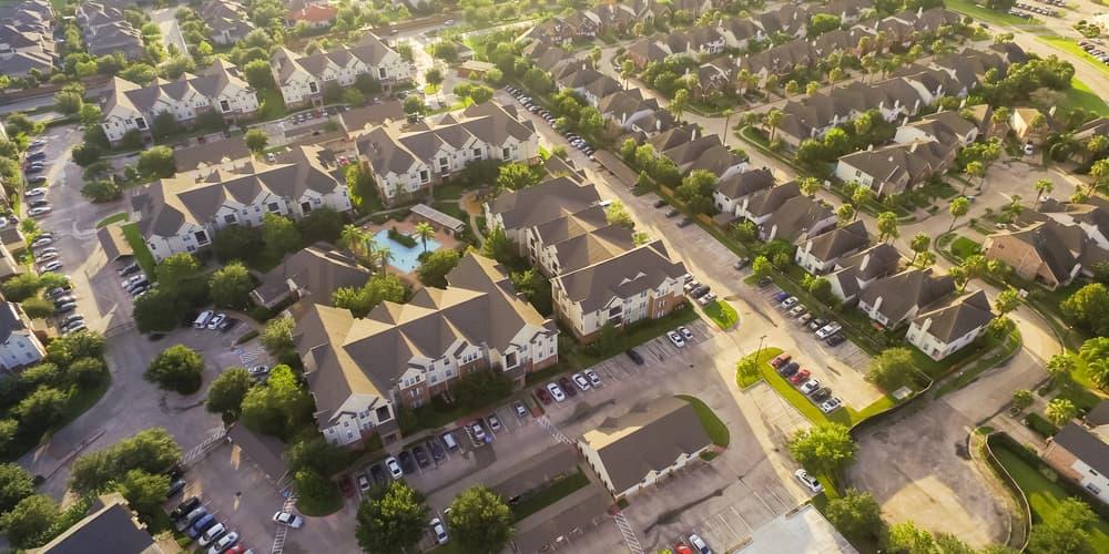 Mehrere Immobilien, ein Symbolbild für die Grundbegriffe der Baufinanzierung