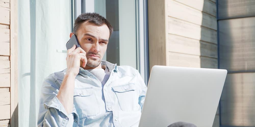 Ein Mann möchte die Grundschuld eintragen und telefoniert mit dem Notar