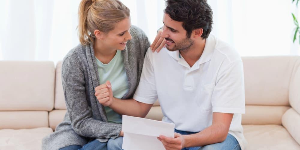 Ein Paar freut sich über die Finanzierungsbestätigung
