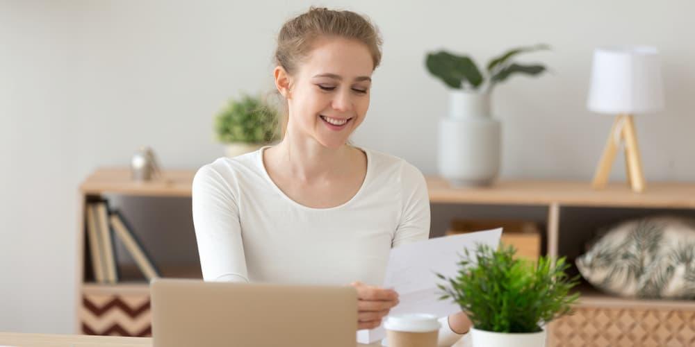 Eine Frau betrachtet den Grundschuldbrief