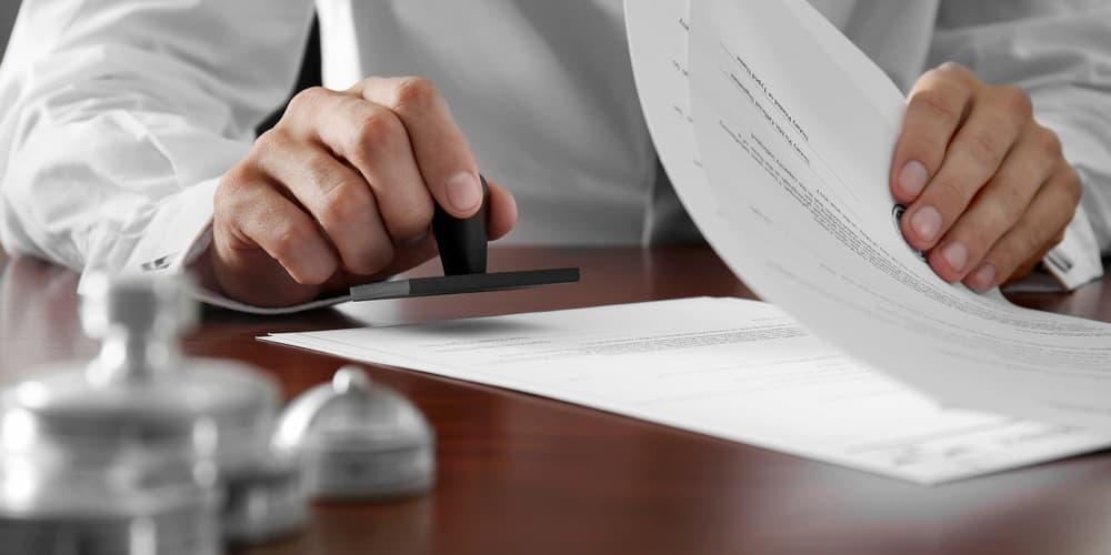 Ein Notar bei der Arbeit, wie hoch sind die Notarkosten?