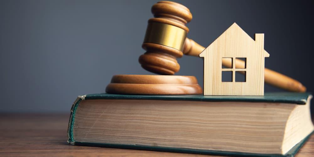 Ein Richterhammer und Gesetzesbuch als Symbolbild für das Gebäudeenergiegesetz