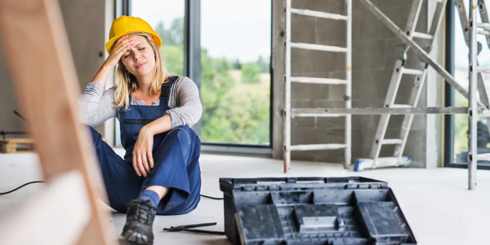 Eine verletzte Frau auf einer Baustelle, hier greift die Bauherrenhaftpflicht