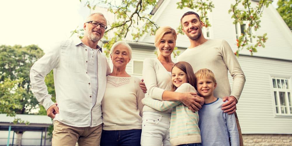 Großeltern und der Rest der Familie vor ihrem Mehrfamilienhaus, hier gilt bereits das Nießbrauchrecht