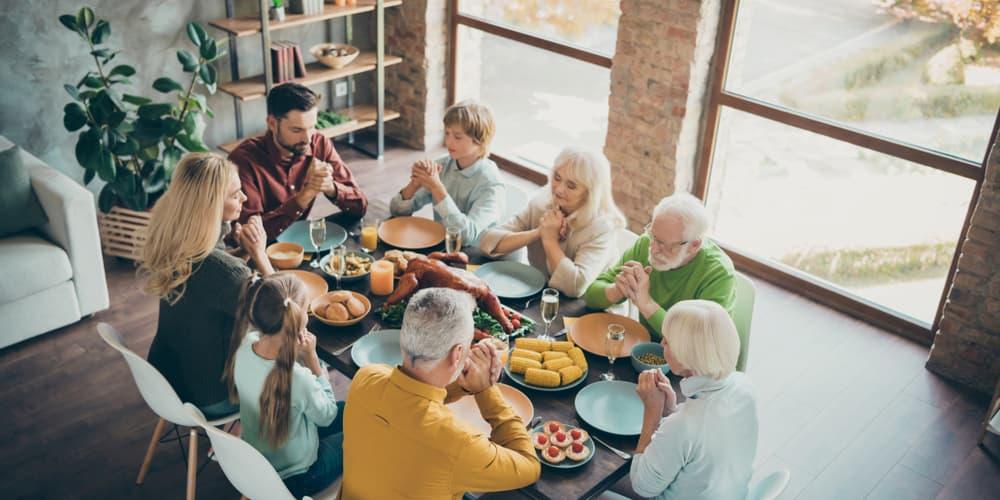 Menschen bei einem Essen im Mehrgenerationenhaus
